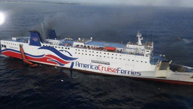 Ferry incendiado en Puerto Rico