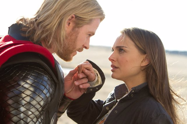 Natalie Portman y  Chris Hemsworth en Thor