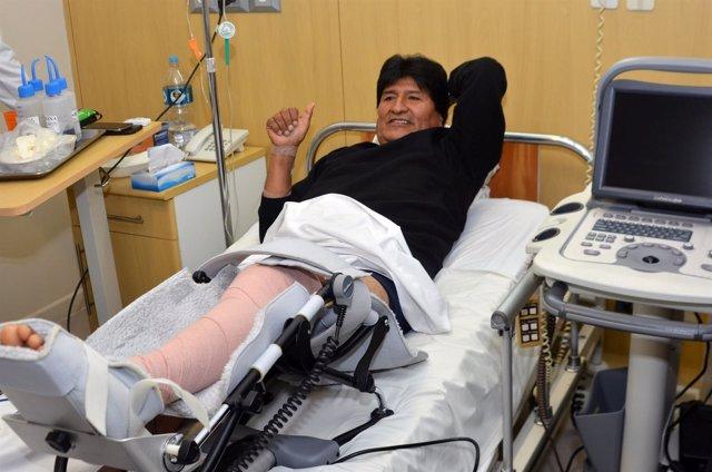 Evo Morales tras su operación de rodilla en junio de 2016