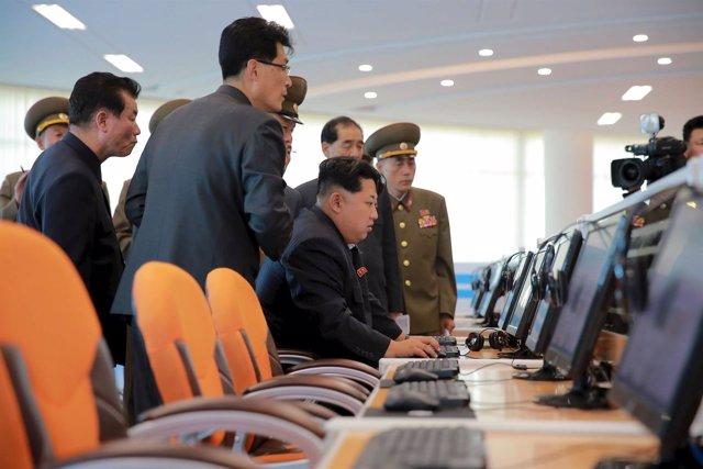 El dirigente de Corea del Norte, Kim Jong Un, ante un ordenador