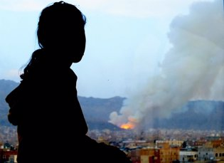 Amal mira hacia su casa destruida en Saná, golpead