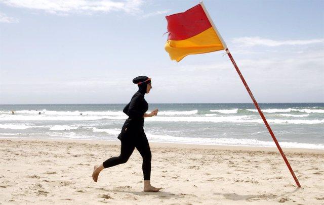 Una mujer llevando 'burkini'