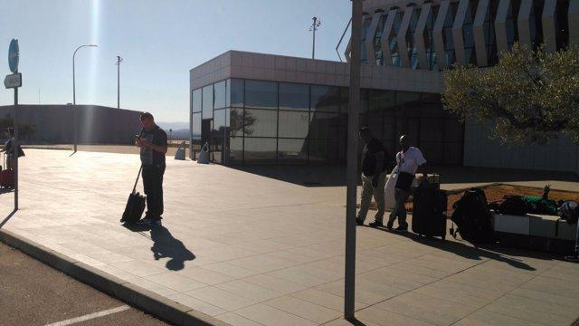 Imagen de pasajeros esperando taxis en el aeropuerto castellonense