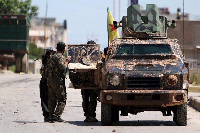 Milicianos de las YPG en Qamishli (Hasaka)