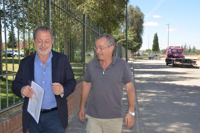El concejal de Urbanismo, Manuel Saravia, junto a un representante vecinal