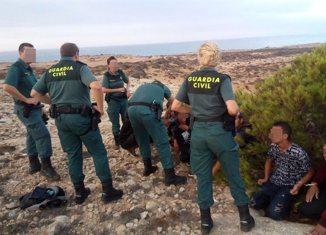 Agentes de la Guardia Civil interceptan a un grupo de inmigrantes en Calblanque