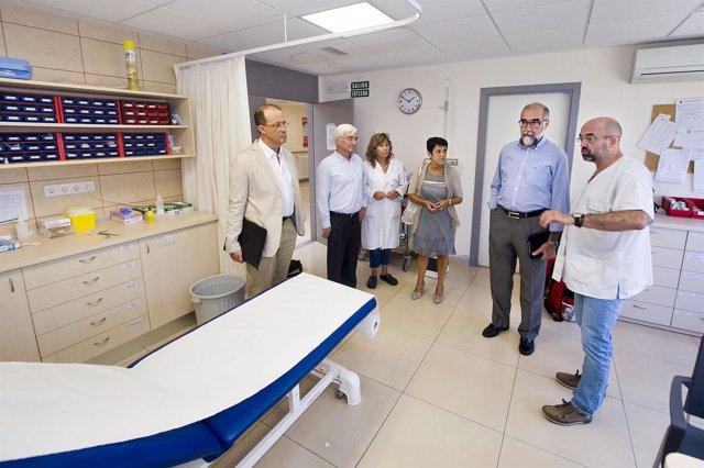Domínguez durante su visita al centro de salud de Alsasua.