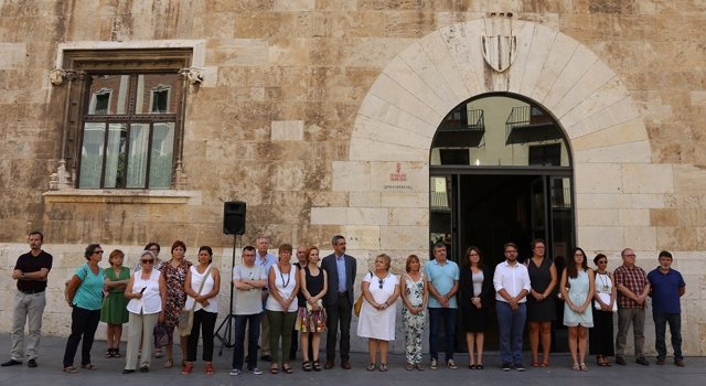 Minuto de silencio frente al Palau de la Generalitat