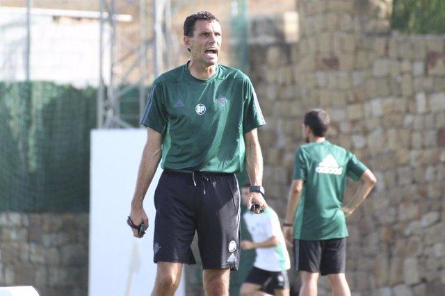 Gustavo Poyet, entrenador del Betis
