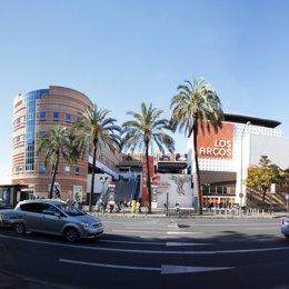 Fachada del centro comercial Los Arcos de Sevilla.