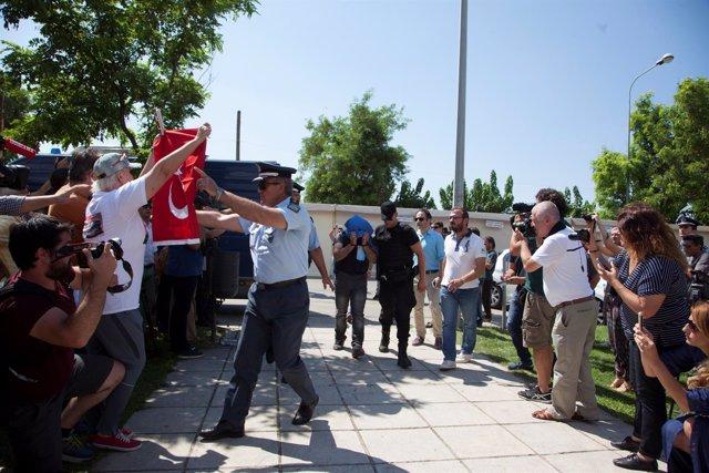 Militares turcos comparecen en un tribunal de Grecia