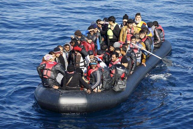 Embarcación con refugiados en el Egeo