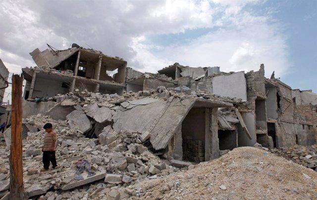 Restos de edificios tras un ataque aéreo en Alepo