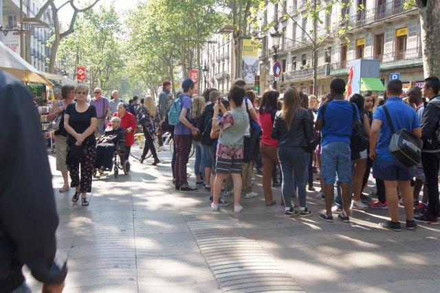 Turistas en las Rambles de Barcelona