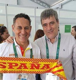 MIguel Cardenal felicita al presidente de Piragüismo Román Mangas en Río