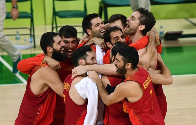 Pau Gasol es abrazado por el resto de la selección tras ganar el bronce en Río
