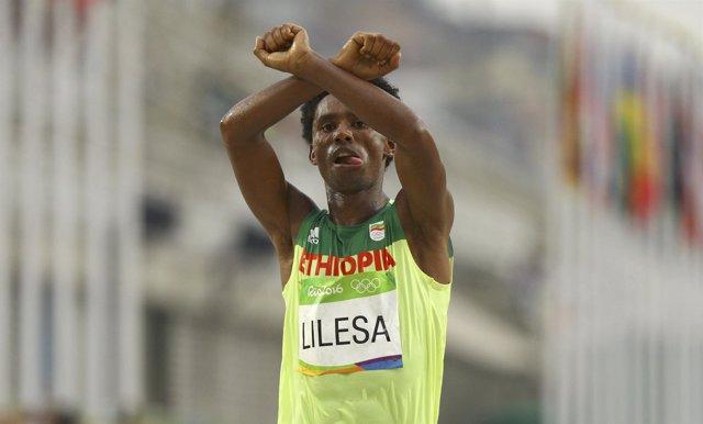 Protesta del atleta etíope Feyisa Lilesa