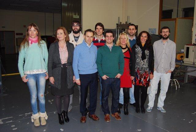 Equipo de investigadores sobre corrosión del metal por hidrógeno