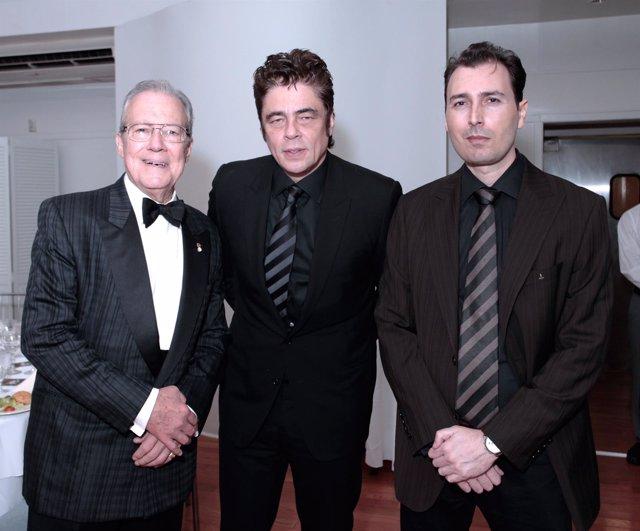 Manolo García-Oliva, presidente de HOLA, Benicio del Toro y Artur Balder durante