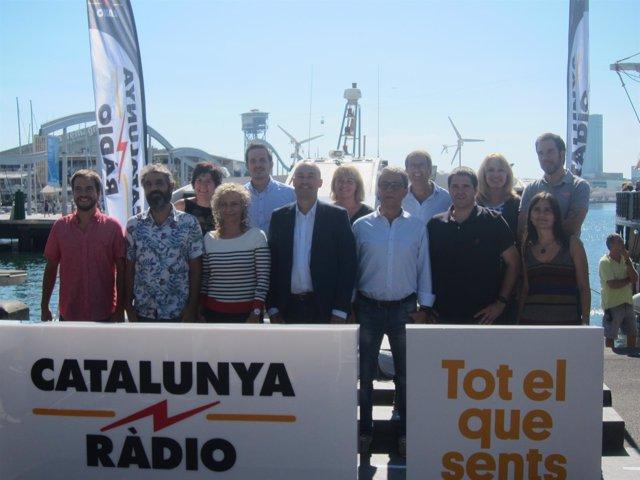 El dtor.De Catalunya Ràdio Saül Gordillo, con presentadores de la emisora