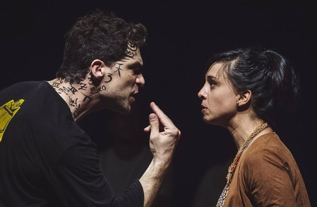 Escena de una actuación de Ibuprofeno Teatro