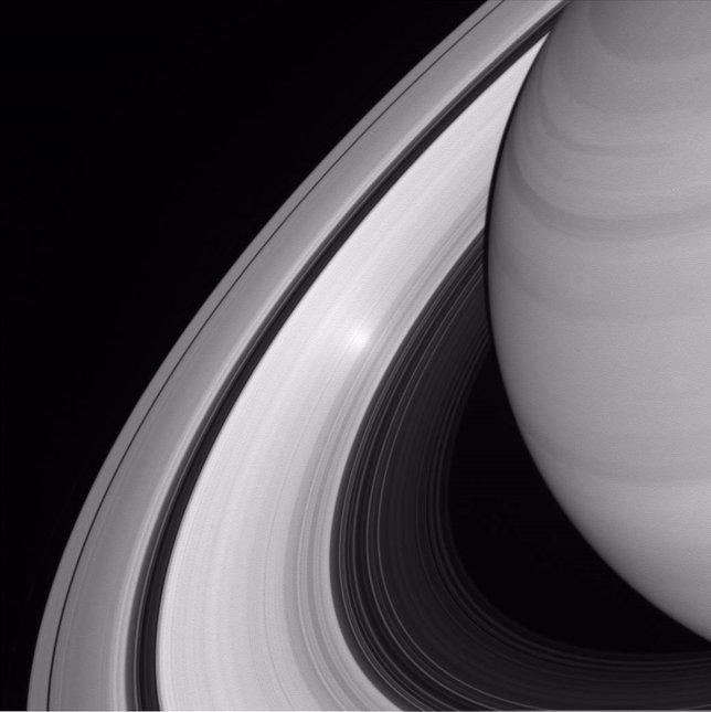 Punto brillante en los anillos de Saturno