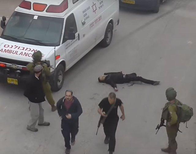 Militares israelíes junto a un sospechoso palestino abatido