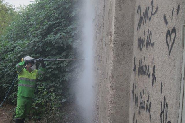 Retirada de 'graffitis' y pintadas de la vía pública de Barcelona