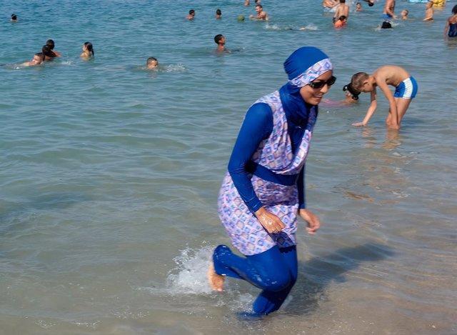 Una mujer con burkini en una playa de Marsella
