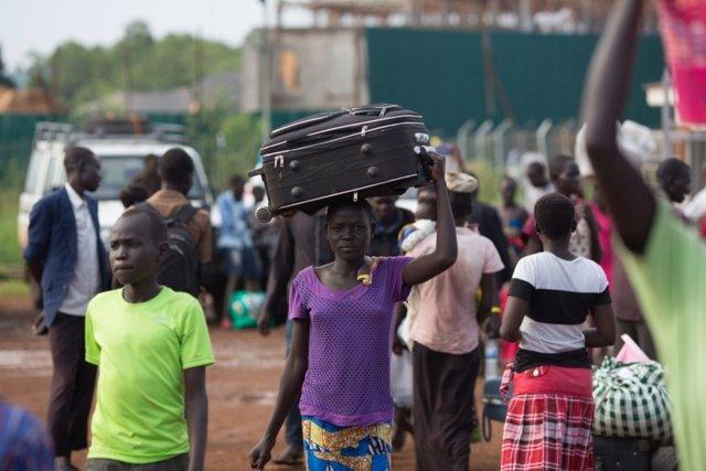 Refugiados de Sudán del Sur llegan a un centro de recogida en Egelo (Uganda)