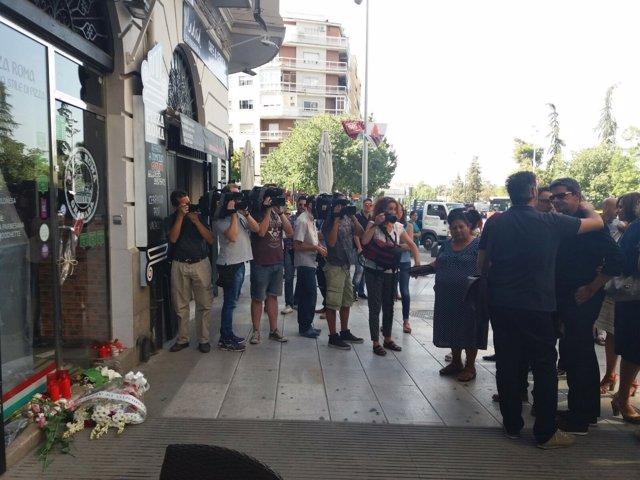 Homenaje a las puertas del negocio de Ana Huete en Granada