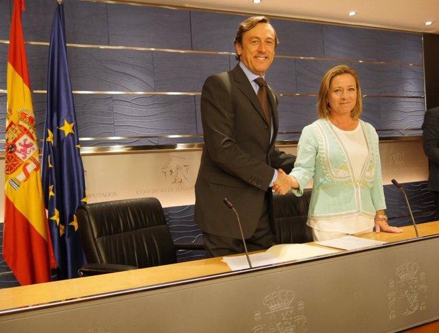 Rafael Hernando y Ana Oramas en la firma del acuerdo entre el PP y CC
