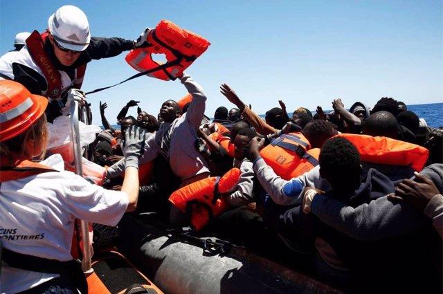 Equipos de SOS Méditerranée  y MSF rescatan a migrantes en una balsa abarrotada
