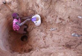 Mujeres y niñas dedican 200 millones de horas al día para recoger agua