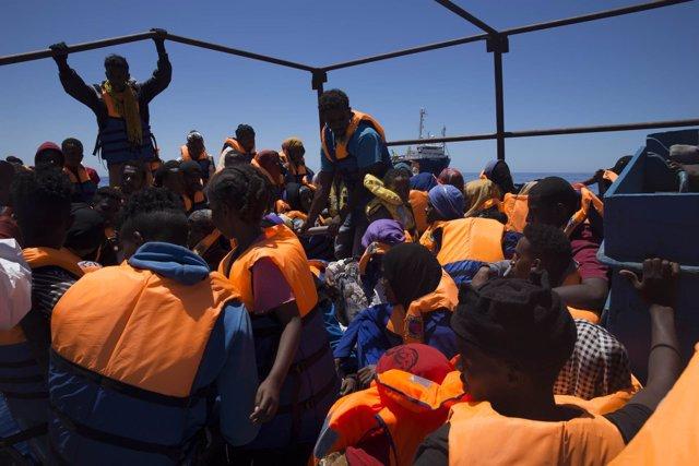 Barco de rescate de Médicos Sin Fronteras en el Mediterráneo central Dignity I