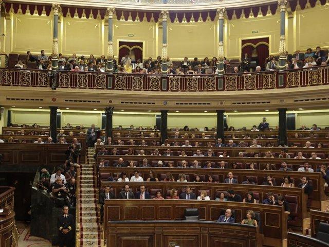 Bancada del PSOE y tribuna de invitados