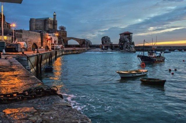 Imagen del puerto de Castro Urdiales en la postal