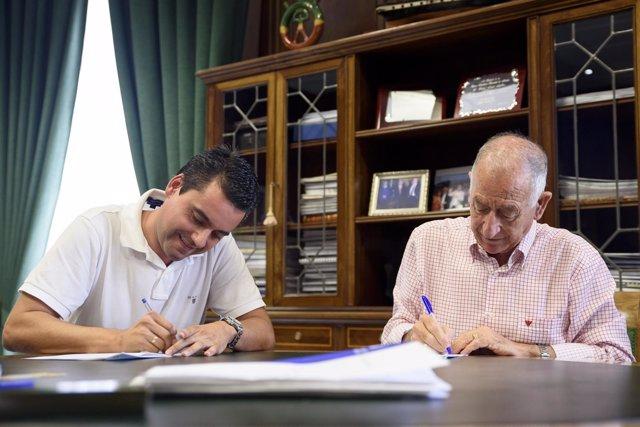 Firma del contrato para el arreglo de la vía a los baños de Guardias Viejas