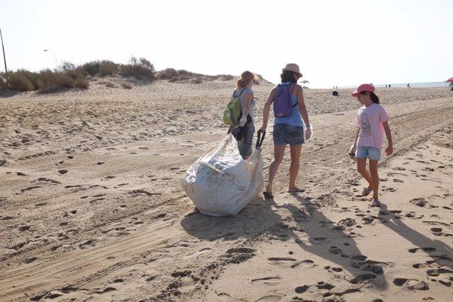 Voluntarios de #Love2Sea arrastran sacas con residuos