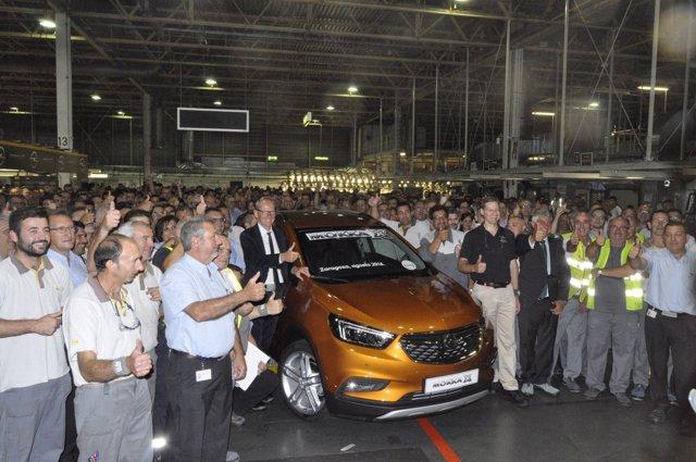 El consejero delegado de Opel, Karl Thomas Neumann, con el Mokka en Figueruelas.