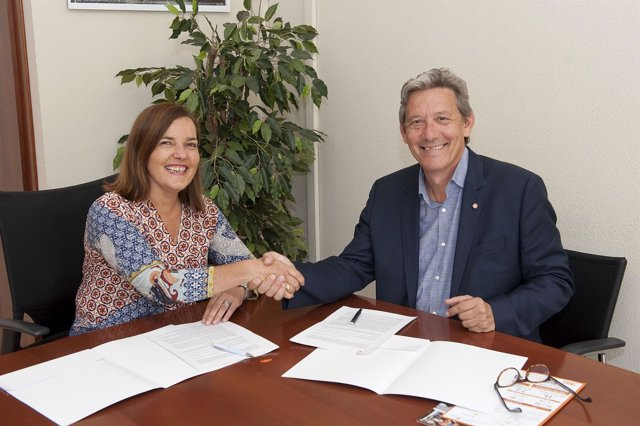 Gema Mañu e Isidro Rodríguez firman convenio.