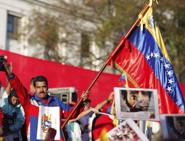 Nicolás Maduro con la bandera venezolana