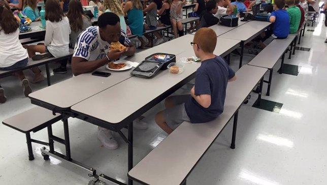 El emotivo gesto de un jugador de fútbol americano con un niño autista