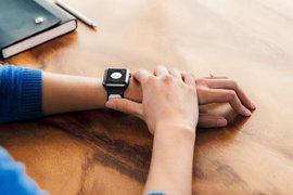 Crean un dispositivo para hacer electrocardiogramas con el móvil o un i-watch