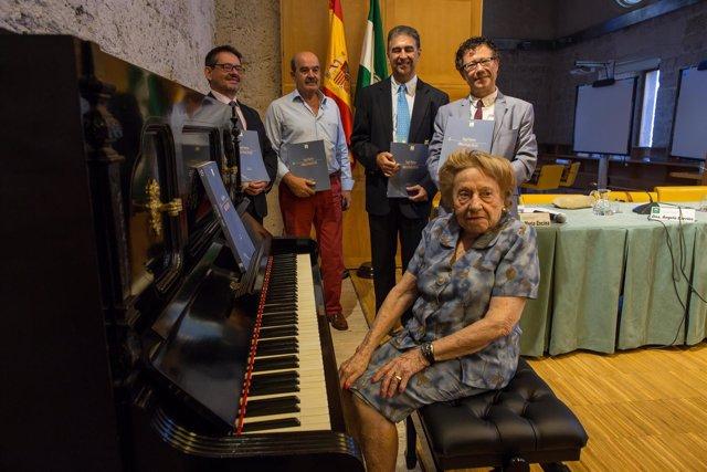 Tocan al piano obras de Ángel Barrios tras la presentación del libro