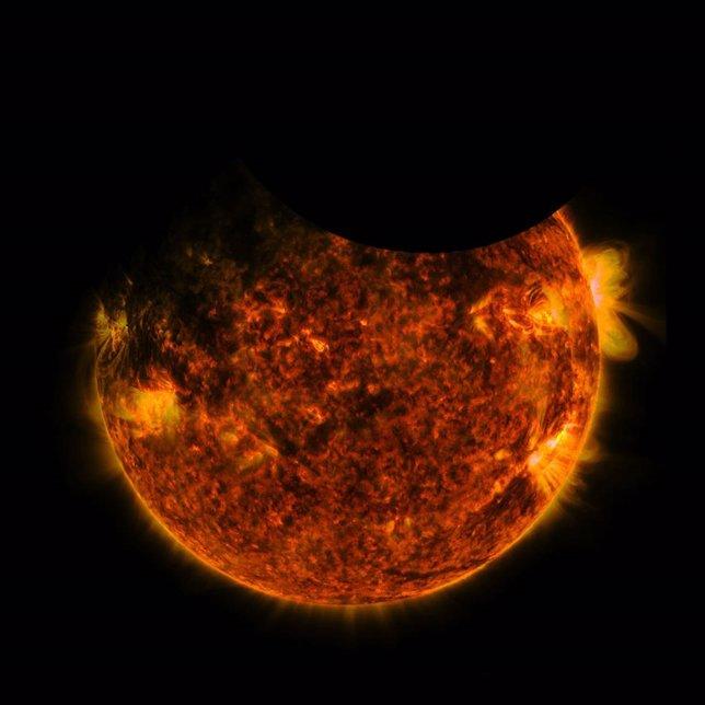 Momento de sombras combinadas de la Tierra y la Luna sobre el Sol