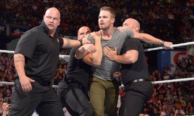 Stephen Amell durante un combate de la WWE
