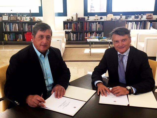 Pastor y Bernabeu firmando este lunes el convenio