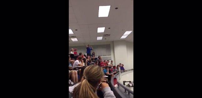 Un estudiante libra de un examen a su clase por encestar una bola de papel
