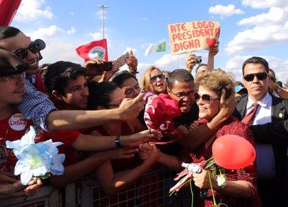 Rousseff abandona el Palacio de Alvorada en medio de muestras de apoyo